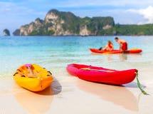 Kajaki na tropikalnej plaży, płytka głębia pole Obraz Stock