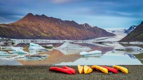 Kajaki przy glacjalnym jeziorem w zimnych górach, Iceland Zdjęcie Royalty Free