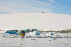 Kajaking en Antarctique, continent congelé Image stock