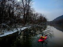 Kajaking en un día de invierno quebradizo Fotografía de archivo libre de regalías