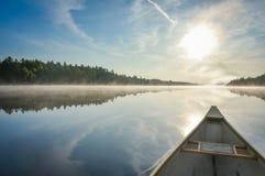Kajakować na mglistym lato ranku na Corry jeziorze Zdjęcia Stock