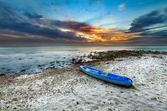 Kajakowy kajak na plaży podczas zmierzchu, leja, spotkanie wyspa Obrazy Royalty Free