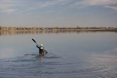 Kajakrennentraining auf einem See Stockfotos