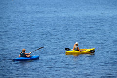 Kajaks auf dem See Lizenzfreie Stockbilder