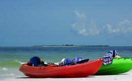 Kajaks auf dem Strand Stockbild
