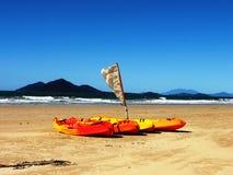 Kajaks auf dem Strand am Auftrag-Strand lizenzfreie stockfotografie