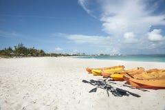 Kajaks auf tropischem Strand Lizenzfreies Stockbild