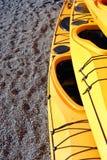Kajaks auf Ufer Stockbild