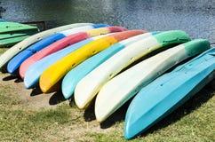 Kajaks coloridos Fotos de archivo