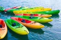 Kajaks coloridos en el agua Fotografía de archivo libre de regalías