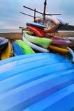 Kajaks coloridos en la playa tropical foto de archivo