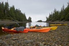 Kajaks con las cañas de pescar en orilla Imagen de archivo