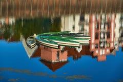 Kajaks in de haven op de Warta-Rivier worden vastgelegd die stock afbeeldingen