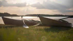 Kajaks de madera hechos a mano delante del lago foto de archivo libre de regalías