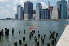 Kajaks in de Rivier van het Oosten, de Stad van New York Stock Foto