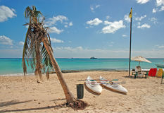 Kajaks del mar en la playa imagen de archivo