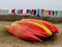 Kajaks del rojo y de Yellow Sea fotos de archivo