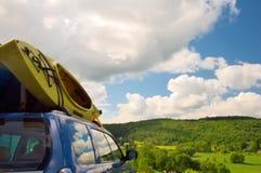 Kajaks die op horizontale auto worden geladen - Stock Afbeelding