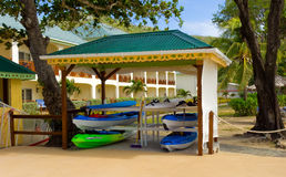 Kajaks an einem Strandurlaubsort in den Grenadinen lizenzfreie stockfotografie