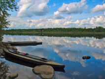 Kajaks en el amarre en la orilla del río Foto de archivo libre de regalías