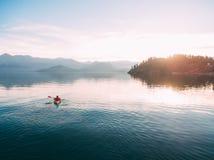 Kajaks en el lago Turistas kayaking en la bahía de Kotor, cerca Fotografía de archivo libre de regalías