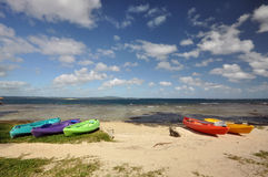Kajaks en la playa de Tara, isla de Efate, Vanuatu fotografía de archivo