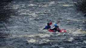 Kajaks en rápidos del río almacen de video