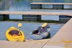 Kajaks en un muelle en un lago Fotos de archivo libres de regalías