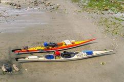 Kajaks en una playa Foto de archivo libre de regalías
