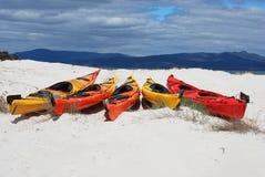 Kajaks en una playa arenosa blanca Imagen de archivo libre de regalías