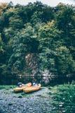 Kajaks in Flussbank Lizenzfreies Stockfoto