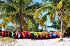 Kajaks gestapelt auf Strand lizenzfreie stockfotos