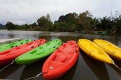 Kajaks in het meer worden vastgelegd dat stock foto's