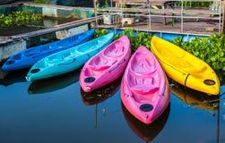 Kajaks in Kleurrijke rivier Stock Afbeeldingen