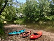 Kajaks a lo largo de la orilla del santo John River en Fredericton imagen de archivo libre de regalías