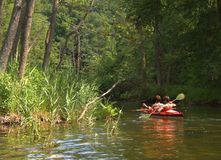 Kajaks op de rivier stock afbeeldingen