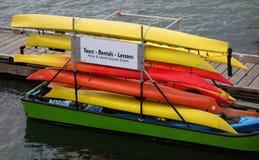 Kajaks op een groene boot in Brits Colombia worden gestapeld dat Stock Afbeelding