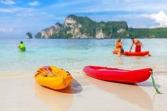 Kajaks op een tropisch strand Stock Foto