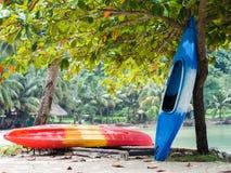 Kajaks op het strand in Koh Chang Royalty-vrije Stock Foto's