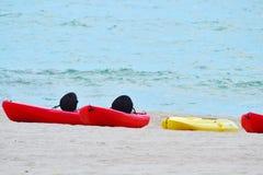 Kajaks op strand stock foto's