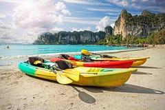 Kajaks op tropisch strand, actief vakantieconcept Stock Foto