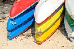 Kajaks op zandstrand dat worden gestapeld Kleurrijke boten voor overzeese kust stock foto's