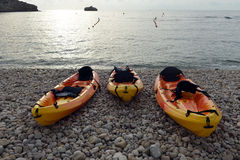 Kajaks på stranden Arkivbilder