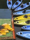 Kajaks para el alquiler en el río Imagenes de archivo