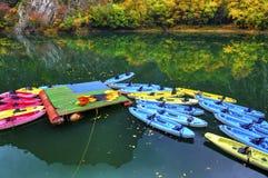 Kajaks para el alquiler en el río Foto de archivo libre de regalías