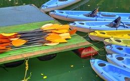 Kajaks para el alquiler en el río Foto de archivo