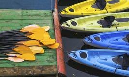 Kajaks para el alquiler en el río Fotos de archivo
