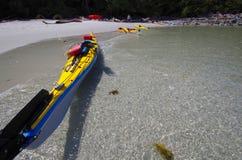 Kajaks que flotan en la creciente oleada fotos de archivo
