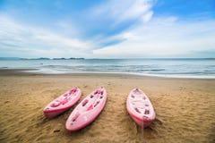 Kajaks rosados en la playa Imagen de archivo libre de regalías