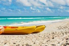 Kajaks am Strand von Varadero in Kuba stockbilder